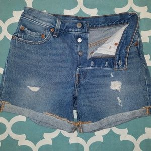 Shredded & distressed ladies 501 Levis jean shorts